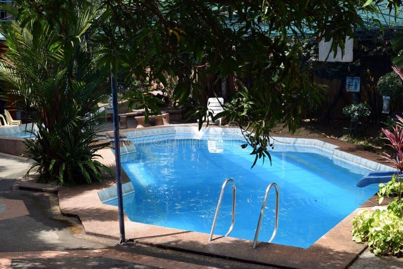 Piccola piscina in una località di soggiorno della famiglia fotografia stock