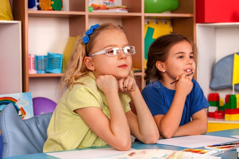 Piccola pittura della ragazza degli studenti nella classe di scuola di arte fotografia stock libera da diritti