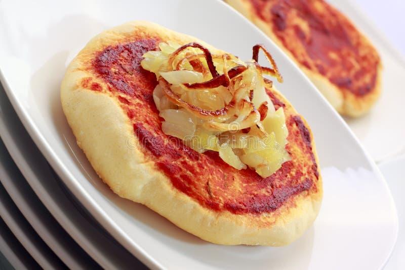 Piccola pizza semplice (pizzette) con la cipolla fotografia stock libera da diritti