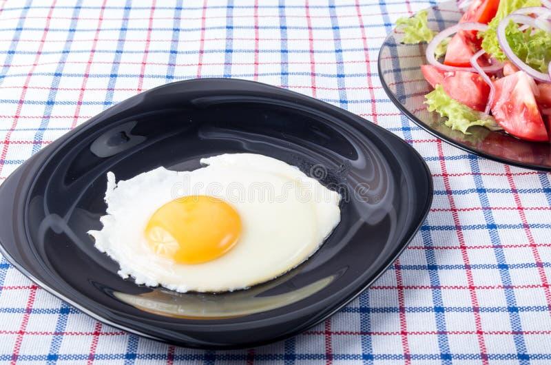 Piccola porzione di prima colazione dell'insalata della verdura e dell'uovo fritto fotografie stock