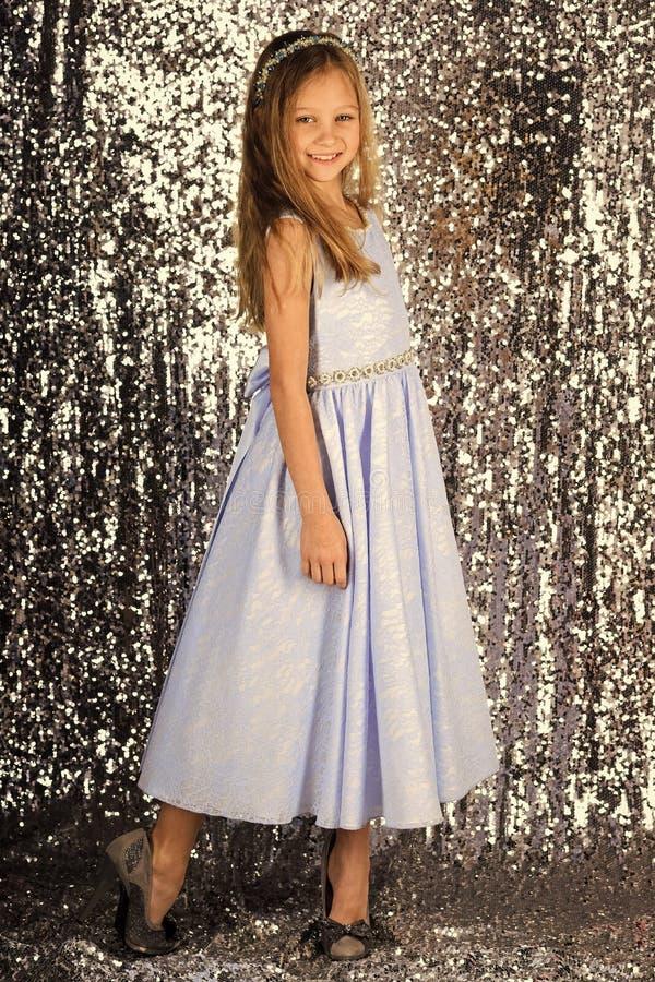 Piccola principessa in bello vestito piccola posa di principessa su fondo d'argento immagine stock