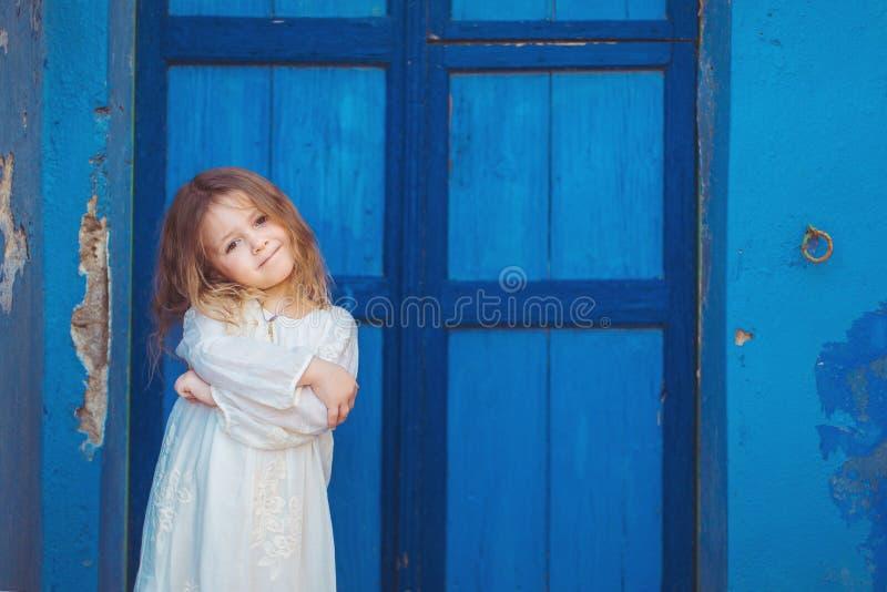 Piccola principessa molto sveglia all'aperto in via della città fotografia stock libera da diritti