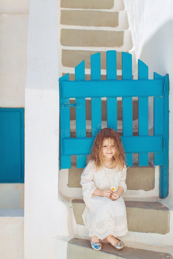 Piccola principessa molto sveglia all'aperto in via della città immagine stock