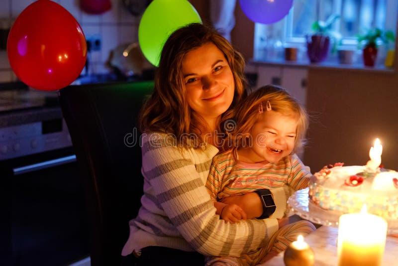 Piccola ragazza adorabile del bambino che celebra secondo compleanno Derivato del bambino del bambino e candele di salto della gi fotografie stock