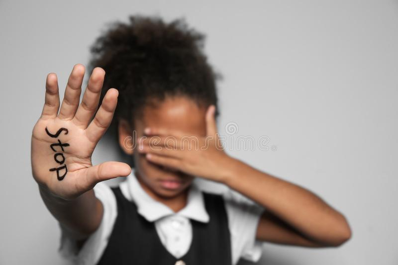 Piccola ragazza afroamericana con la parola immagine stock libera da diritti