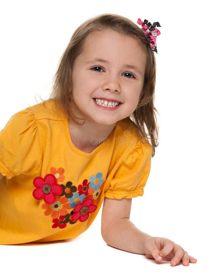 Piccola ragazza allegra in una camicia gialla fotografia stock