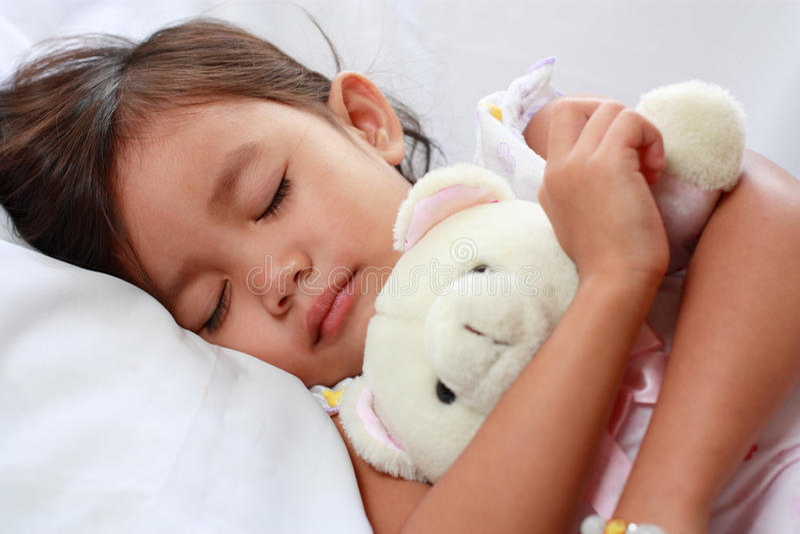 Piccola ragazza asiatica addormentata immagine stock