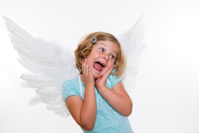 Piccola ragazza bionda con le ali di angelo fotografia stock libera da diritti