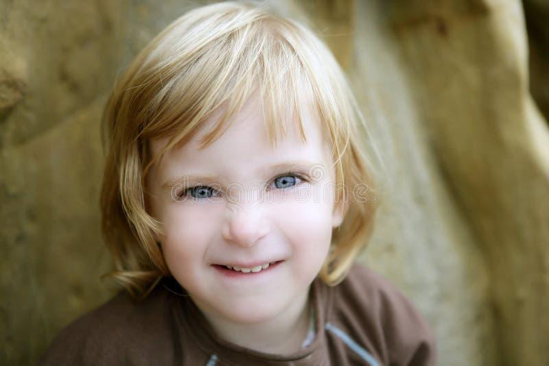 Piccola ragazza bionda del bambino con il gesto divertente fotografie stock libere da diritti
