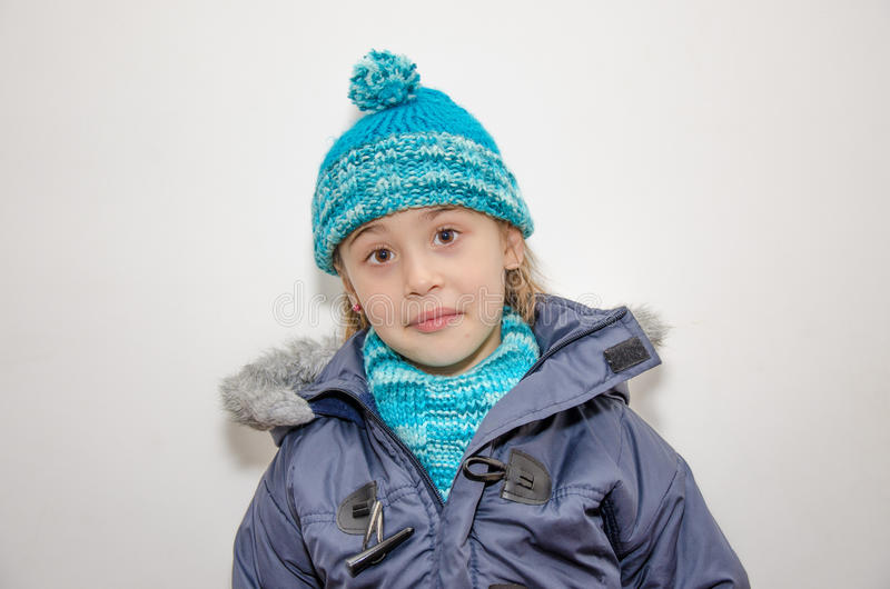 Piccola ragazza bionda un giorno dell'inverno fotografia stock libera da diritti