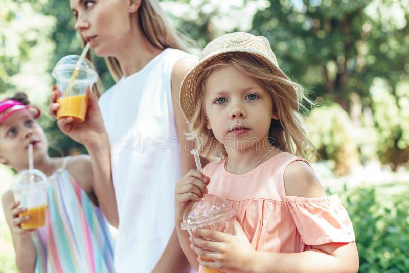 Piccola ragazza che dipende dalla famiglia in parco fotografia stock