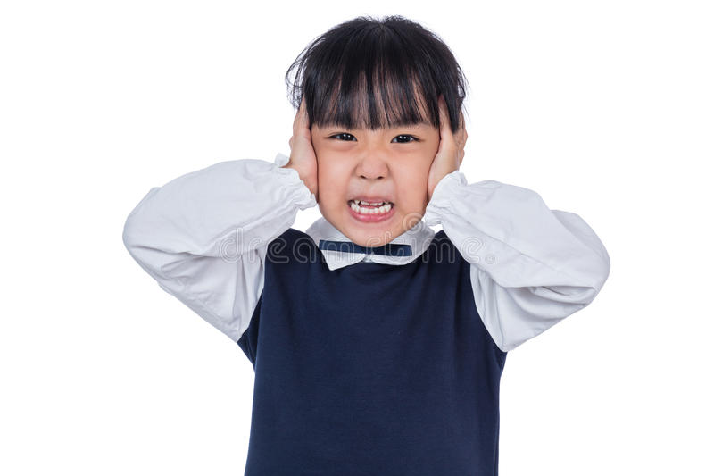 Piccola ragazza cinese asiatica che copre le sue orecchie di mani fotografia stock libera da diritti