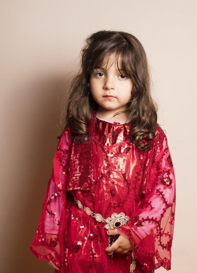 Piccola ragazza con il vestito rosso fotografia stock