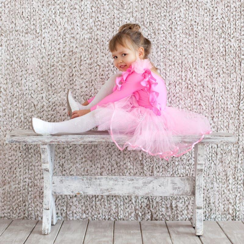 Piccola ragazza della ballerina in vestito da rosa di balletto ripetizione fotografia stock libera da diritti