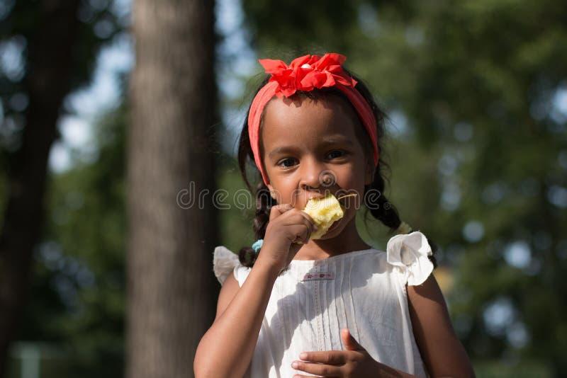 Piccola ragazza di abbronzatura all'aperto di estate fotografie stock
