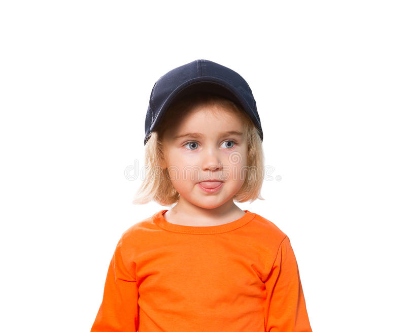Piccola ragazza divertente in berretto da baseball e blusa arancio fotografie stock