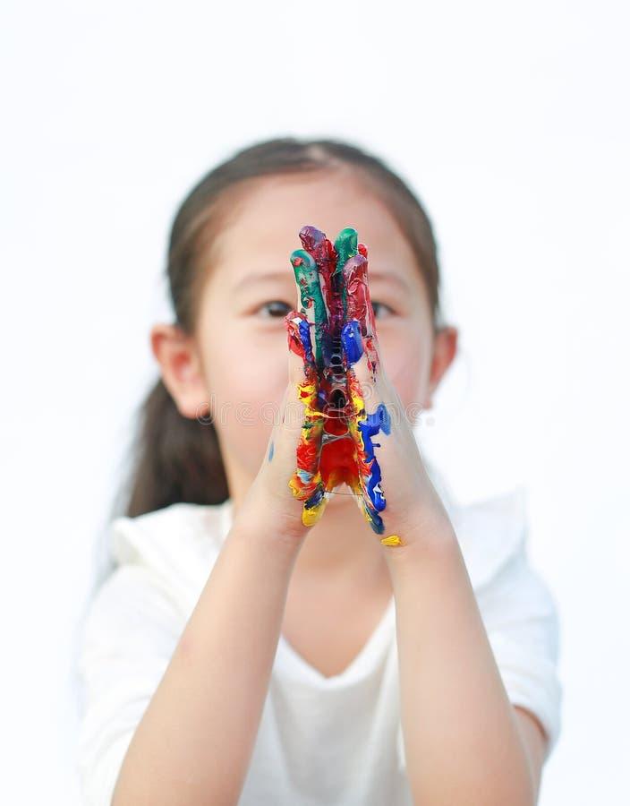 Piccola ragazza e le mani che si impigliano su entrambi i lati con colorati dipinti su fondo bianco Concentrati sulle mani dei ba immagini stock libere da diritti