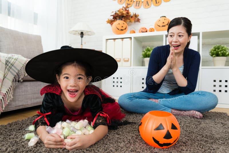 Piccola ragazza emozionante che tiene le sue caramelle dolci fotografie stock