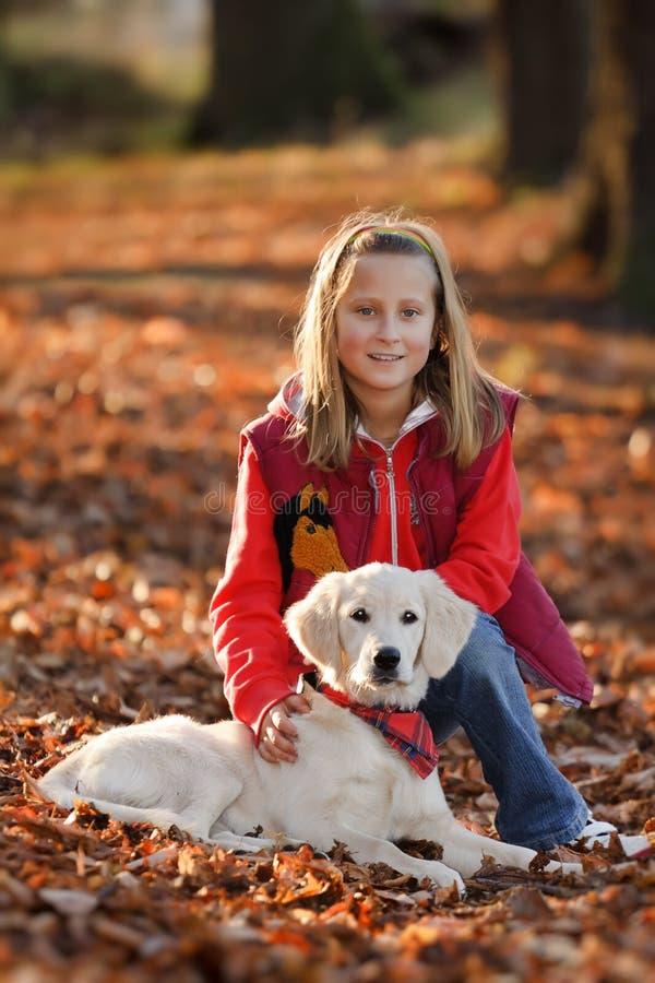 Piccola ragazza felice con il cucciolo fotografia stock libera da diritti
