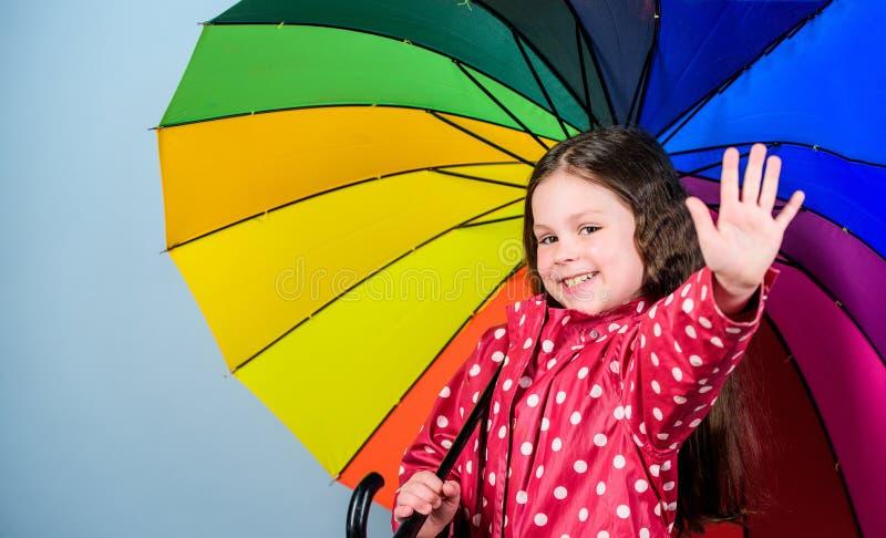 Piccola ragazza in impermeabile Autumn Fashion bambino allegro dei pantaloni a vita bassa nell'umore positivo Protezione di piogg fotografia stock