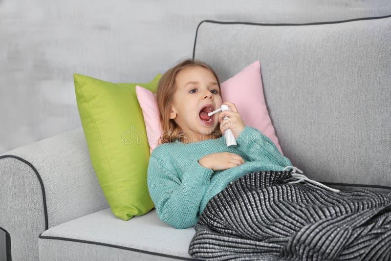 Piccola ragazza malata con spruzzo sullo strato fotografia stock libera da diritti