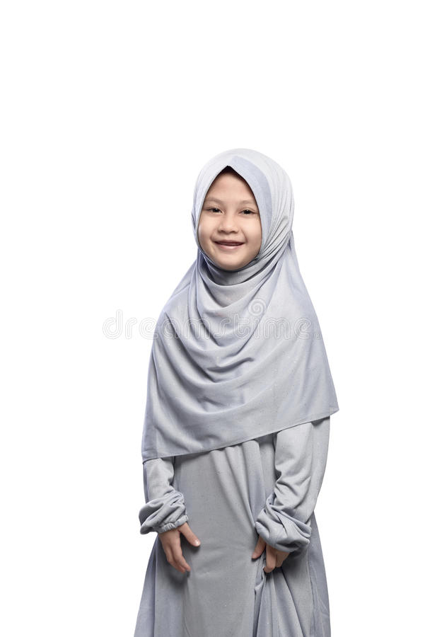 Piccola ragazza musulmana asiatica in velo con la condizione di sorriso immagini stock