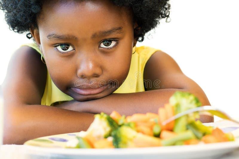 Piccola ragazza nera che tira su naso per le verdure fotografia stock libera da diritti