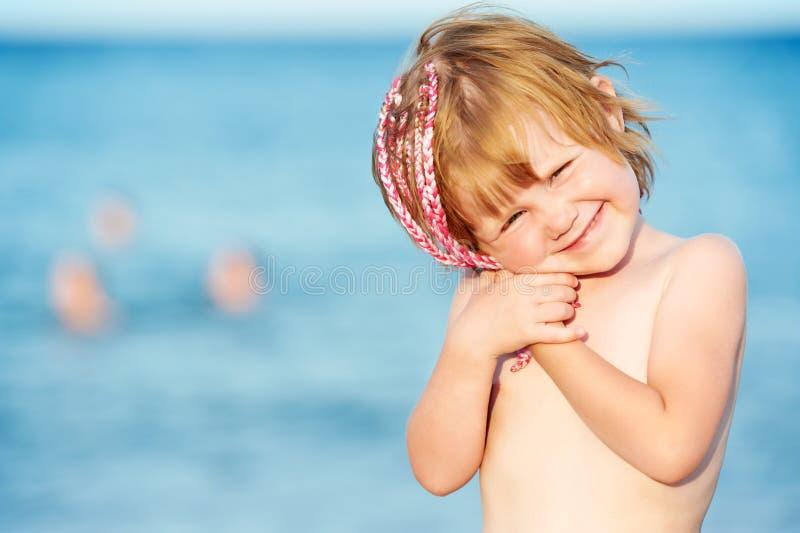 Piccola ragazza sorridente davanti al Mar Rosso al tramonto fotografia stock