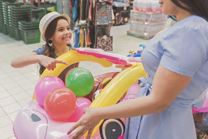 Piccola ragazza sorridente felice che fa spesa immagine stock