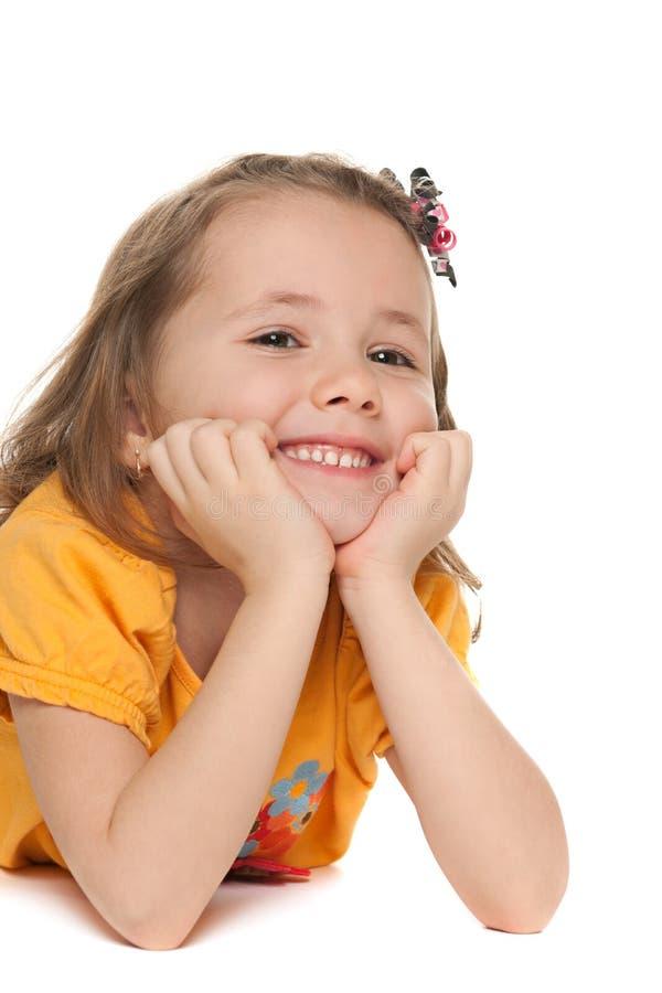 Piccola ragazza sorridente in una camicia gialla fotografia stock libera da diritti