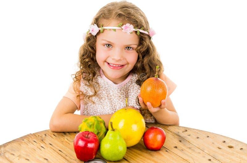 Piccola ragazza sveglia del bambino in età prescolare con i frutti sul fotografia stock libera da diritti