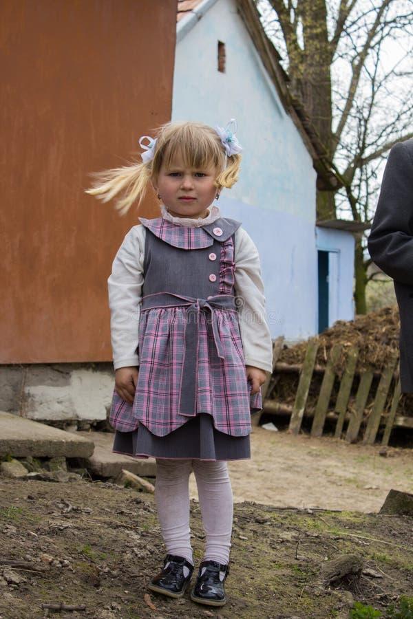 Piccola ragazza in un villaggio immagine stock