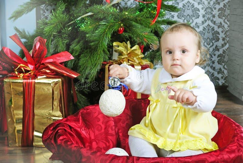 Piccola ragazza vicino all'albero di abete del nuovo anno immagini stock
