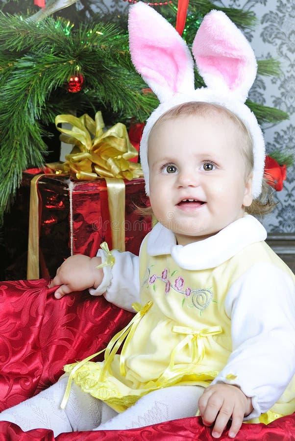 Piccola ragazza vicino all'albero di abete del nuovo anno fotografie stock