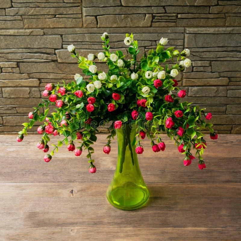 Piccola rosa rossa e bianca artificiale fotografie stock