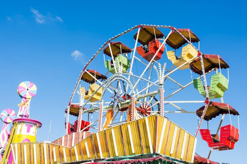 Piccola ruota di ferris storica a Oktoberfest a Monaco di Baviera immagini stock libere da diritti