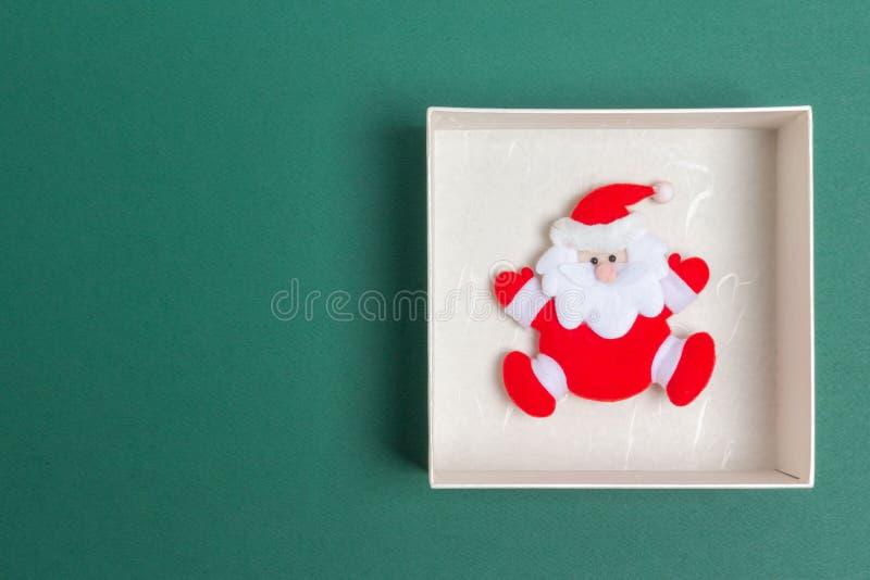 Piccola Santa Claus in un contenitore di regalo di giorno di Natale fotografie stock libere da diritti