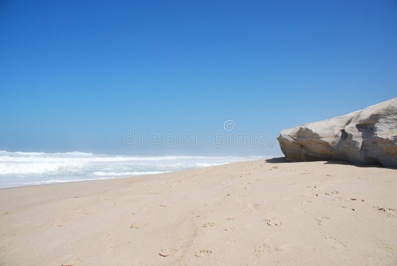 Piccola scogliera ad una bella spiaggia in Praia del Rey fotografia stock
