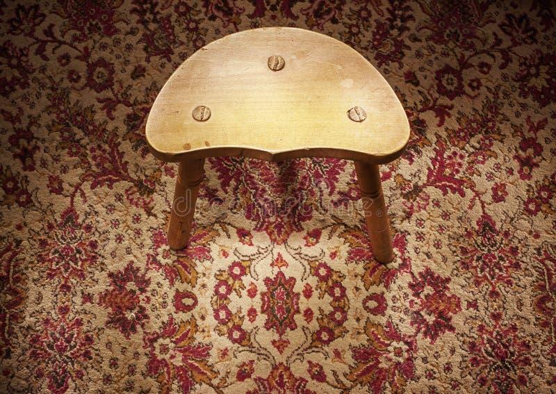 Piccola sedia di legno su tappeto fotografie stock libere da diritti