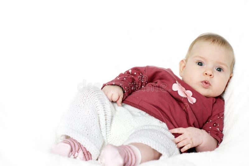 Piccola seduta del bambino fotografie stock