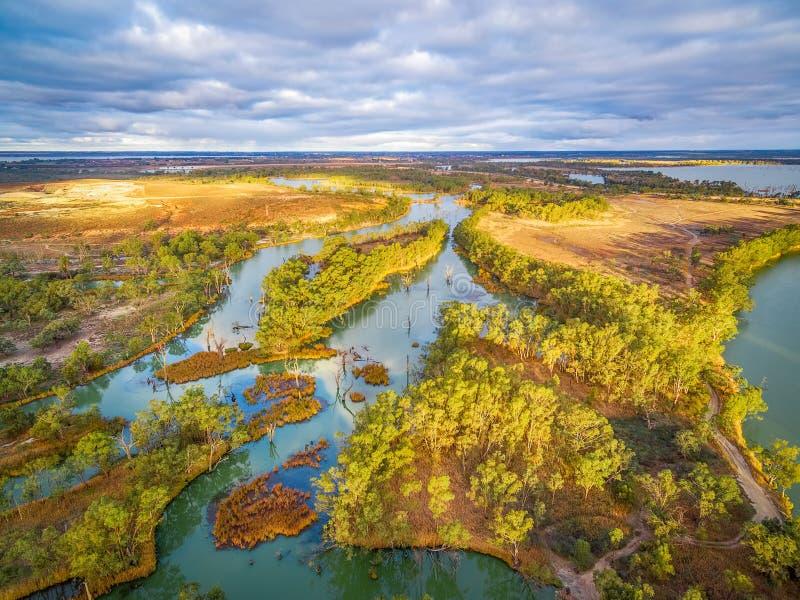 Piccola sezione di Murray River fra la vegetazione di aborigeno immagine stock libera da diritti