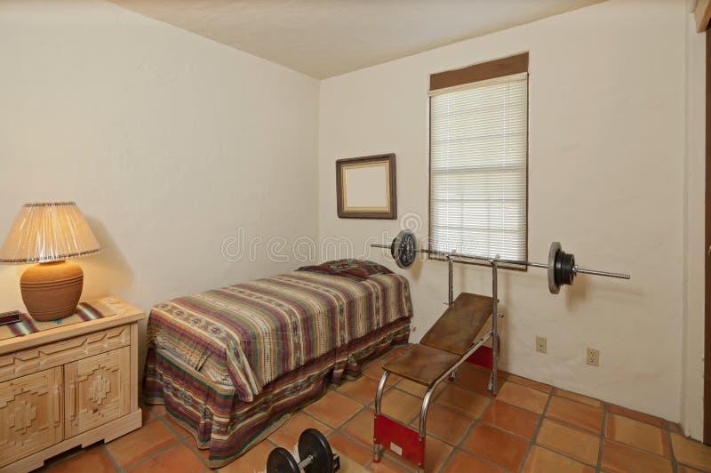 Piccola singola camera da letto con la stampa ed i pesi di banco immagine stock immagine di - Stanza da letto piccola ...