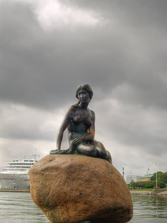 Piccola sirena famosa a Copenhaghen, Danimarca immagine stock