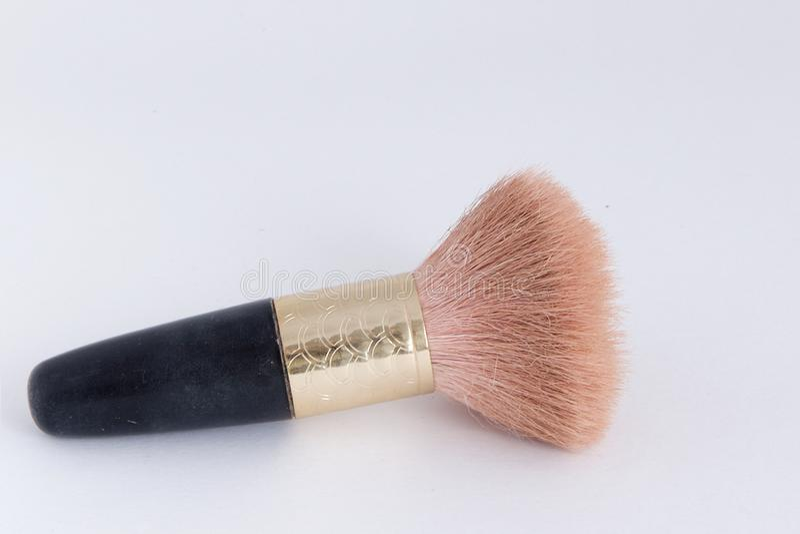 Piccola spazzola di trucco - la maniglia è nera con oro fotografia stock libera da diritti