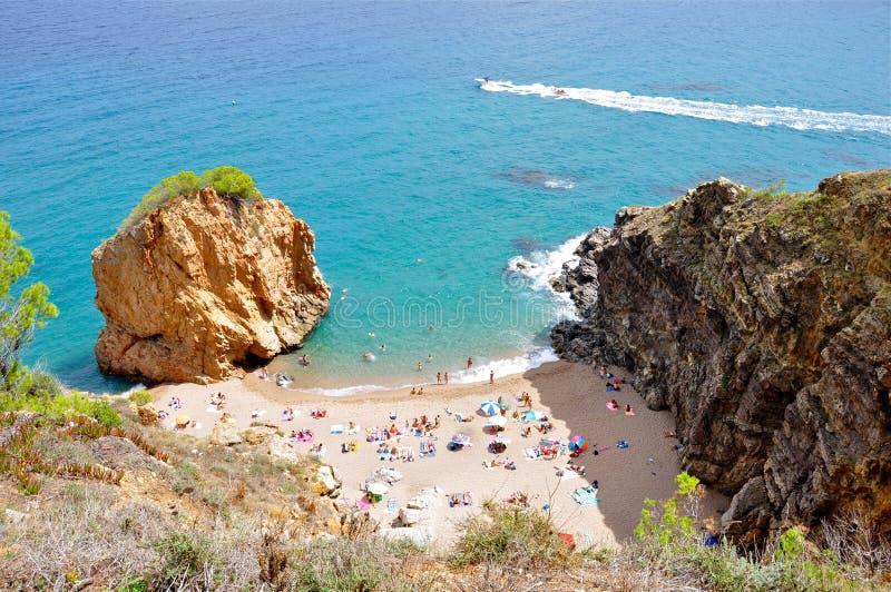 Piccola spiaggia sabbiosa accanto al mare blu fotografie stock
