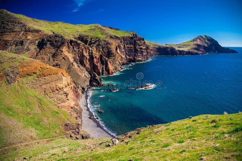 Piccola spiaggia selvaggia a Ponta de Sao Lourenco fotografia stock libera da diritti
