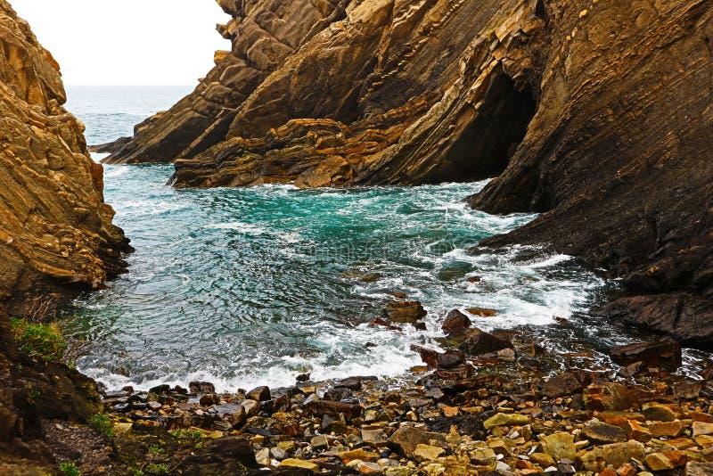Piccola spiaggia sulle scogliere, Ribadesella, Spagna fotografia stock