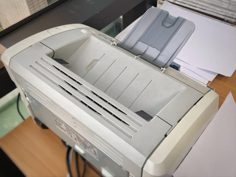 Piccola stampante a getto di inchiostro da tavolino sullo scrittorio per la stampa dei documenti fotografia stock
