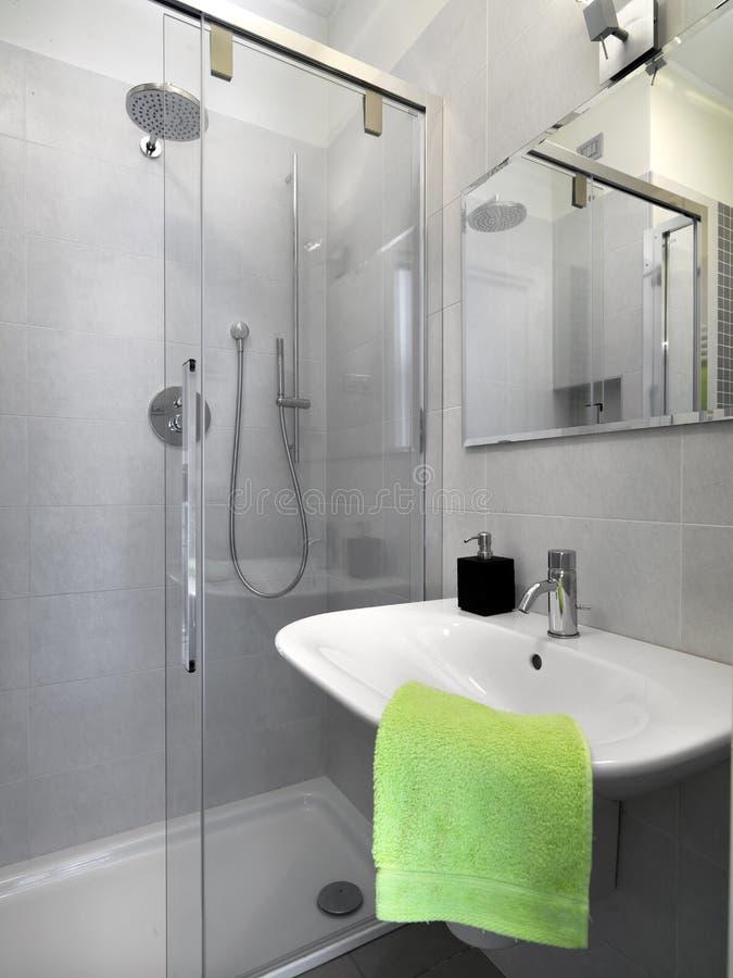Piccola stanza da bagno moderna immagini stock libere da diritti