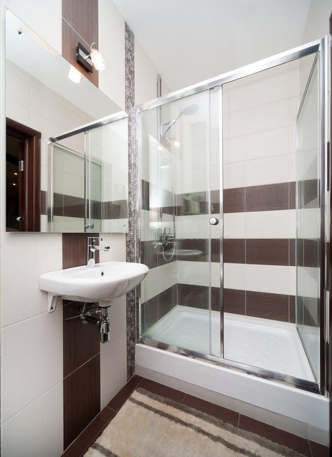 Piccola stanza da bagno moderna fotografia stock immagine di brown toilette 49847168 - Toilette da bagno ...